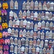 caòamite da frigo olandesi con case tipiche e zoccoli