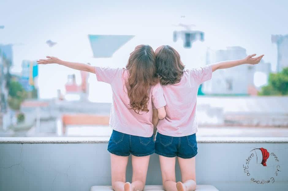 amiche-abbracciate
