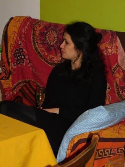 ragazza-divano-spumante