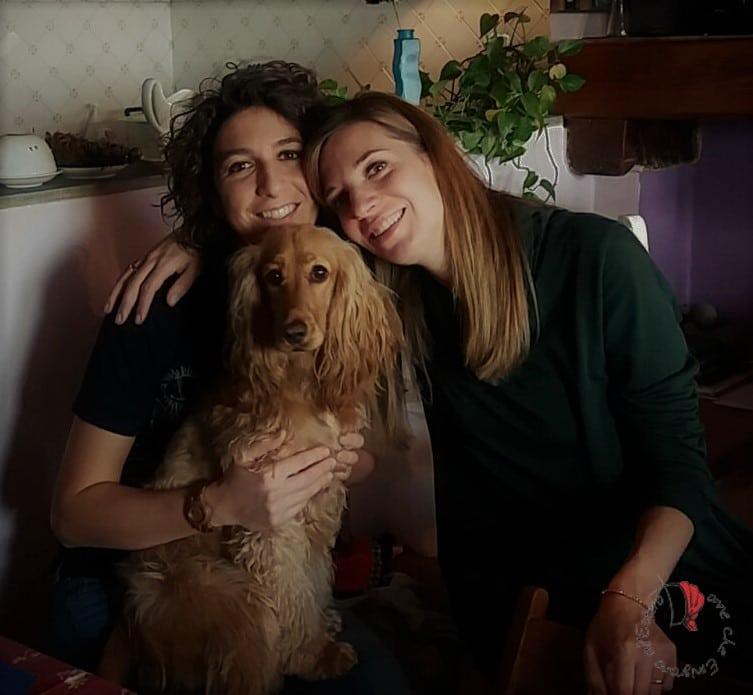 sorelle-cane-abbraccio