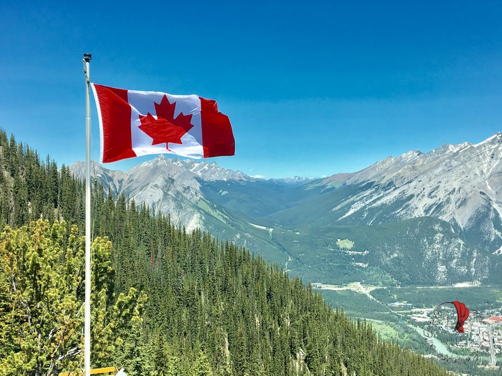 canada-bandiera-montagne