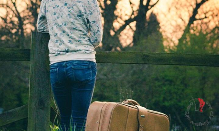 donna-valigia-staccionata
