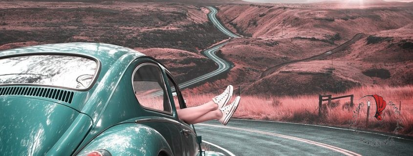 macchina-ragazza-viaggio