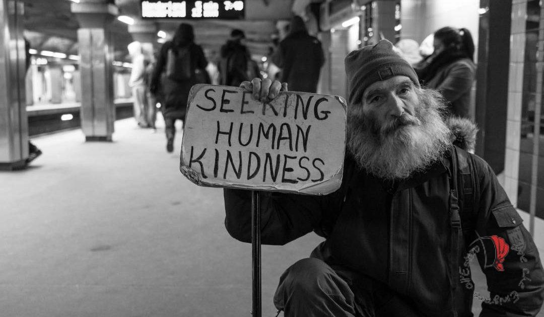 anziano-cartello-cercasigentilezza