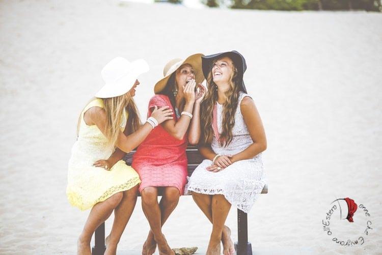 amiche-panchina-risate