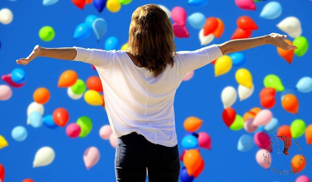 braccia-aperte-palloncini