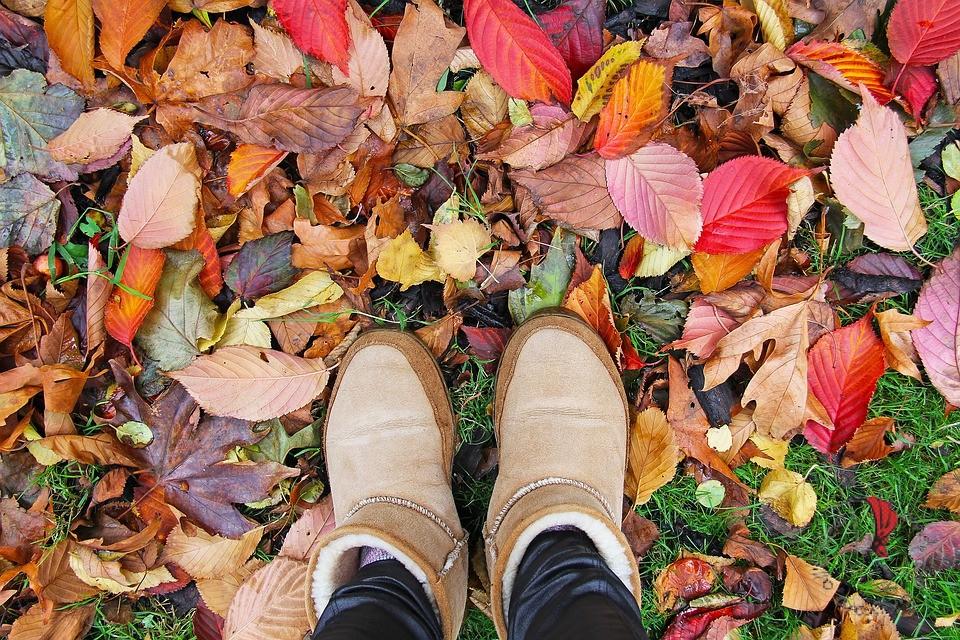 piedi-foglie-autunno