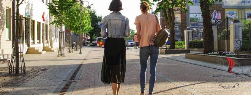 mamma-figlia-passeggiata-donne