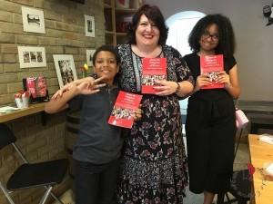 Elena Londra con libri e figli 2
