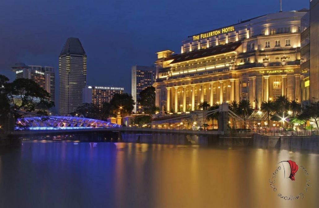 Bellissima vista notturna del Fullerton Hotel di Singapore