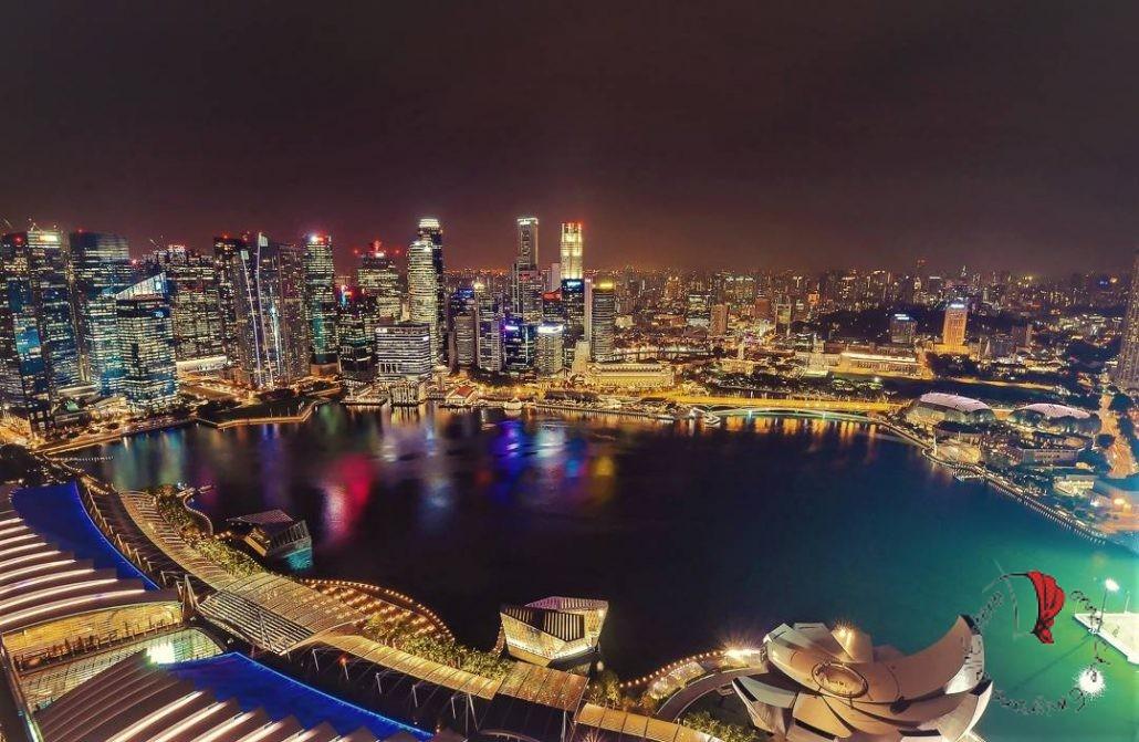 Vista notturna della bellissima Marina Bay di Singapore