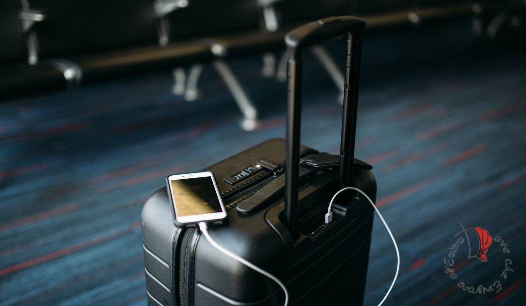 valigia e cellulare per viaggiare
