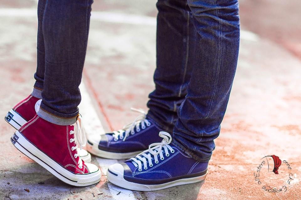 due persone in punta di piedi
