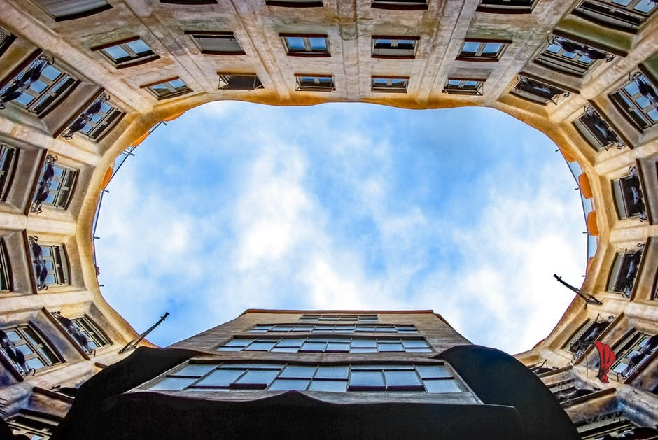 il cielo di Barcellona visto dal cortile di un palazzo