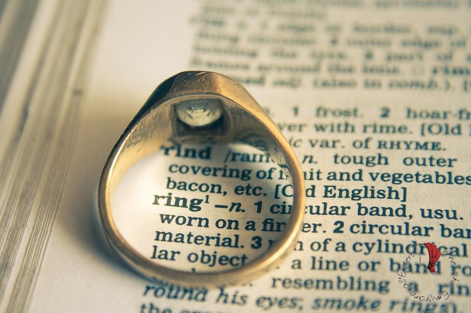 anello su una pagina di dizionario