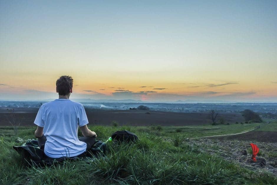 uomo-medita-tramonto
