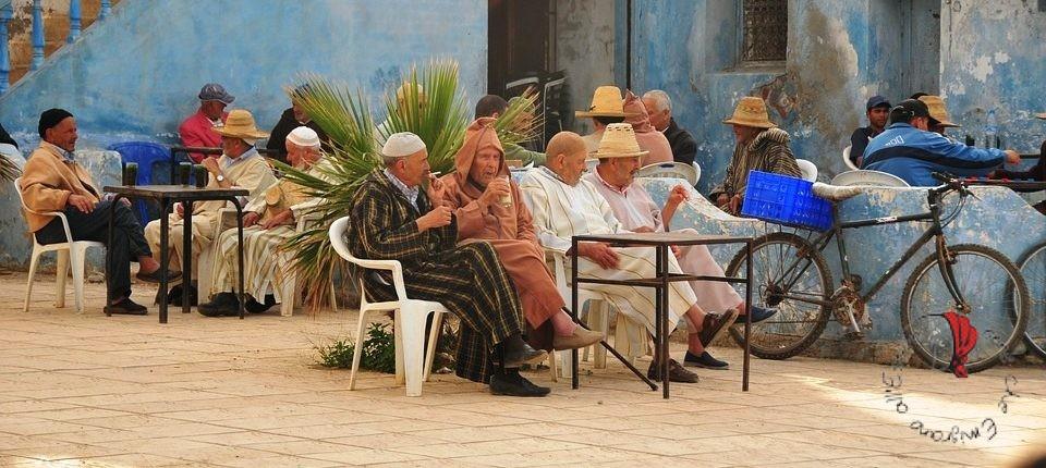 uomini-bevono-caffè-marocchino