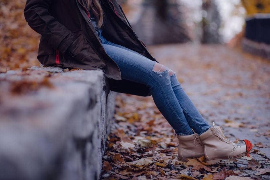 ragazza-seduta-foglie