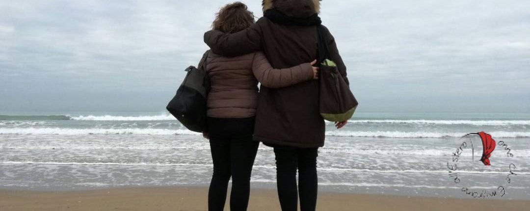 amiche-abbracciate-mare