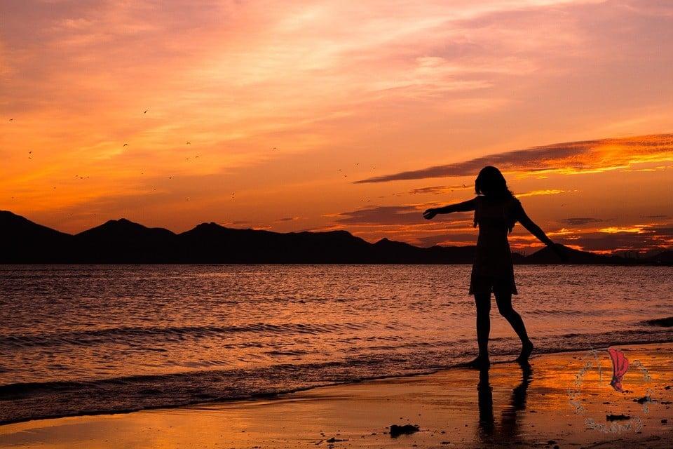 donna-spiaggia-tramonto