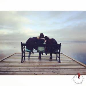 amiche-abbracciate-panchina
