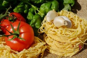pasta-pomodori-basilico-cibo-italiano