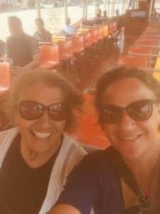 due donne felici in viaggio