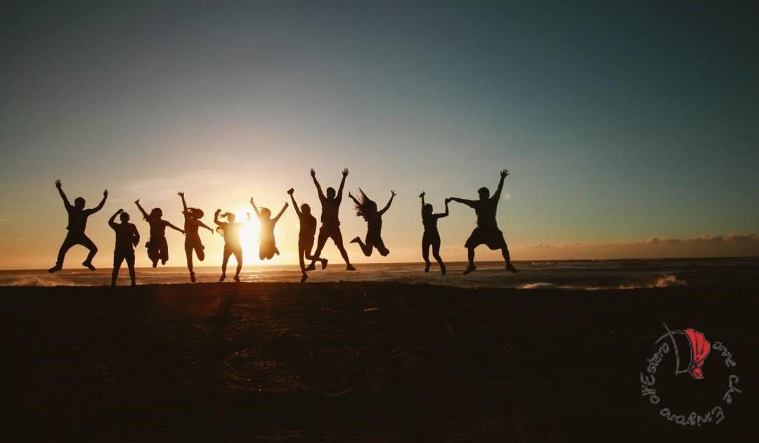 amici-spiaggia-tramonto