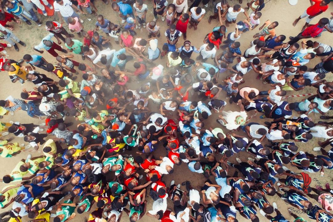 folla-persone-alto
