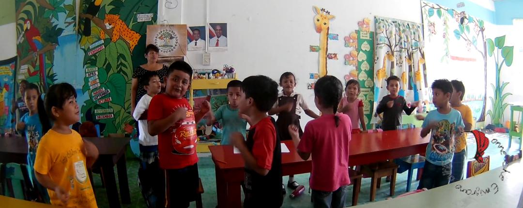 Foto scuola mentre i bimbi ballano alla fine della giornata