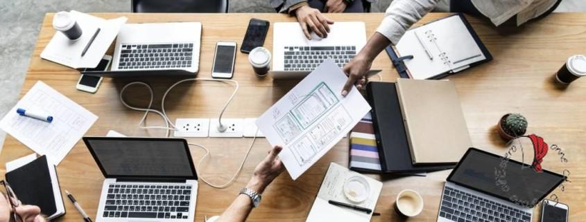 scrivania-lavoro-colleghi