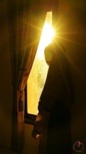 donna-velo-finestra