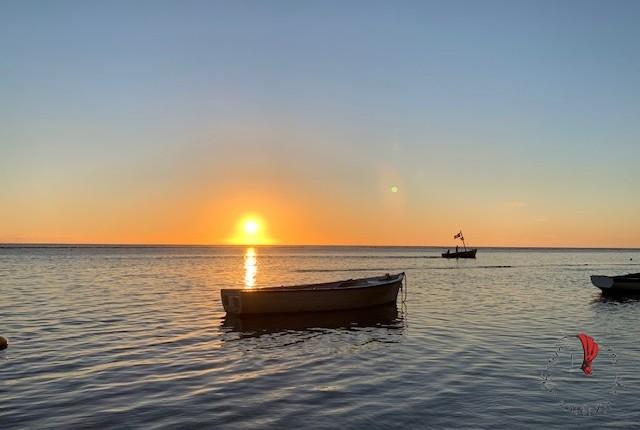 spiaggia-tramonto-barche