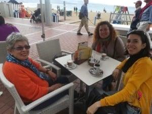 Amiche lungo mare