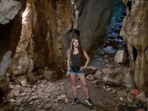 ragazza esploratrice grotte