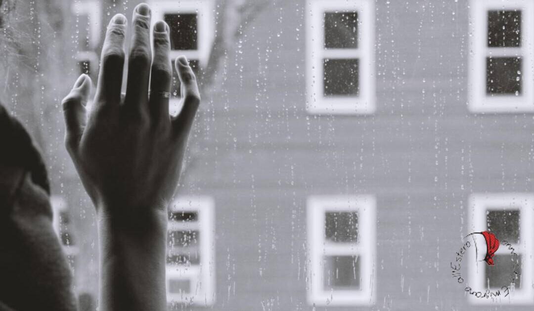mano-alla-finestra