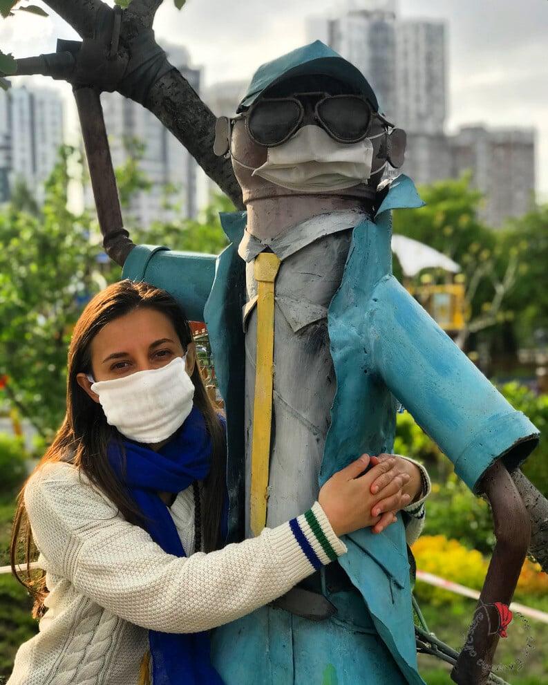 Alessandra in Ucraina indossa la mascherina per il Covid