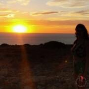 ragazza che guarda tramonto