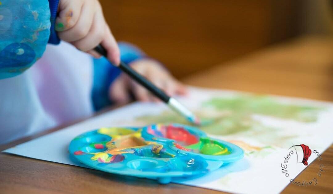 bambino asilo nido in germania mentre colora