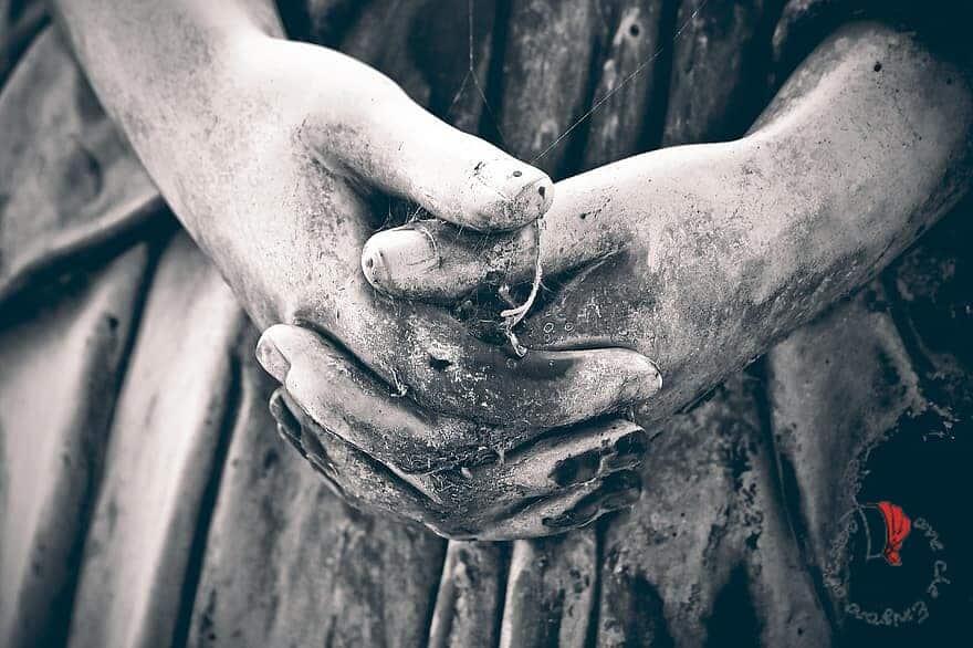 mani di statua cimiteriale